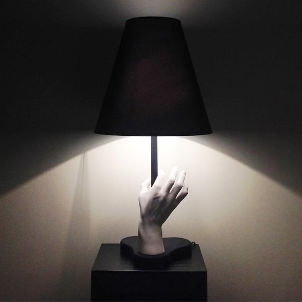 Mano lampada da tavolo diffusore in tessuto nero accoppiato internamente a PVC bianco 70W E27